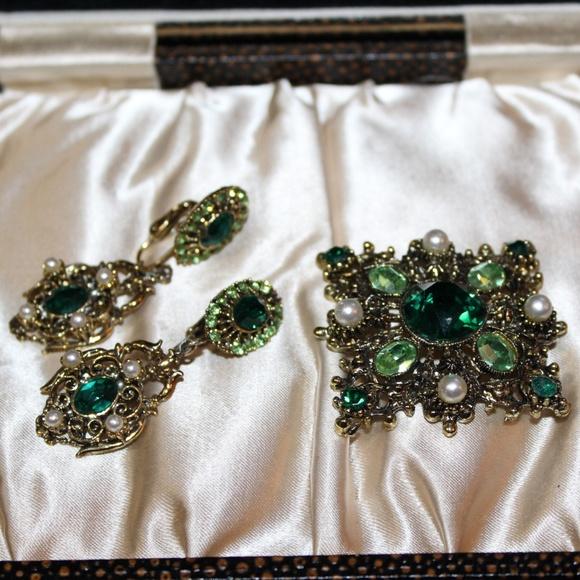 HOLLYCRAFT Jewelry - HOLLYCRAFT DESIGNER EMERALD FAUX PEARLS BROOCH SET